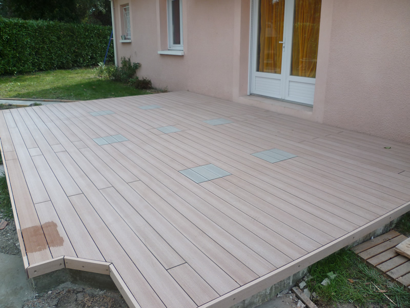 Terrasse 100 composite autour de la piscine aquagr ment laurent matras - Pose lame composite directement sur dalle beton ...